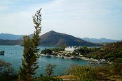 Paisaje de la península de la ciudad en el lago de la montaña Fotos de archivo