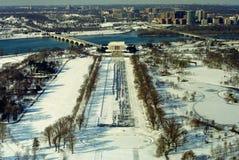 Paisaje de la piscina de reflejo, de Lincoln Monument, y del río Potomac en un día de invierno nevoso Foto de archivo