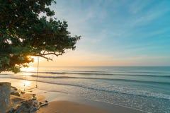 Paisaje de la playa de la arena de la visión por la mañana de Rayong, Tailandia, fotografía de archivo libre de regalías
