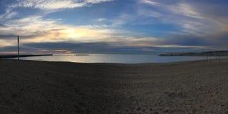 Paisaje de la playa de Barcelona en la salida del sol imagenes de archivo