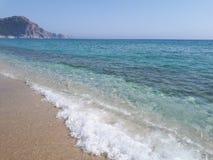 Paisaje de la playa con la opinión del castillo de Alanya de Cleopatra Beach en Alaiye, Alanya, Antalya, Turquía Imágenes de archivo libres de regalías