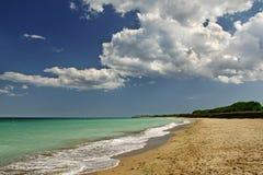 Paisaje de la playa con las nubes y la arena Fotos de archivo