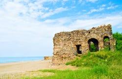 Paisaje de la playa con ruinas del castillo Fotografía de archivo