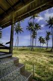 Paisaje de la playa de la casa del abandono árbol de coco, el mar y el cielo azul Imagen de archivo libre de regalías