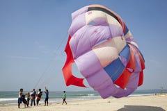 Paisaje de la playa del Paragliding Imagenes de archivo