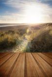 Paisaje de la playa del verano del cielo azul con los wi del efecto del filtro de la llamarada de la lente Imagen de archivo