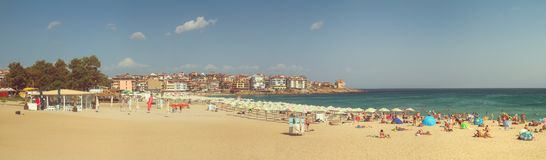 Paisaje de la playa, panorama, bandera - vista de la playa de la ciudad en la ciudad de Sozopol Fotos de archivo