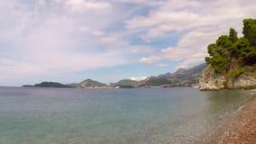 Paisaje de la playa de Sveti Stefan almacen de video