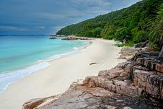 Paisaje de la playa tropical hermosa Imagenes de archivo