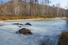 Paisaje de la primavera con el río del hielo Río del invierno con las rocas en el hielo foto de archivo