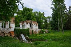 Paisaje de la primavera con ruinas, la charca y la cascada del pabellón Parquee el ` de Oleksandriya del ` en Bila Tserkva, Ucran Fotografía de archivo