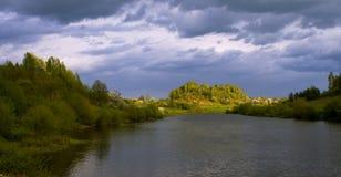 Paisaje de la primavera contra las nubes tormentosas Foto de archivo