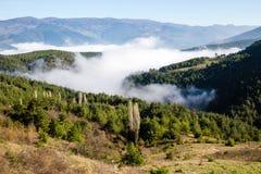 Paisaje de la primavera durante la salida del sol con de niebla en las montañas de Koroglu Imagen de archivo