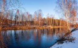 Paisaje de la primavera en el río en la puesta del sol, Rusia, Ural Fotografía de archivo