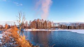 Paisaje de la primavera en el río en la puesta del sol, Rusia, Ural Foto de archivo