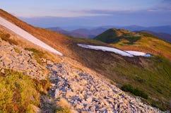 Paisaje de la primavera en las montañas en el sol de la tarde Foto de archivo libre de regalías