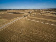 Paisaje de la primavera de Lituania con los campos del camino y de la cosecha con el cielo azul imagenes de archivo