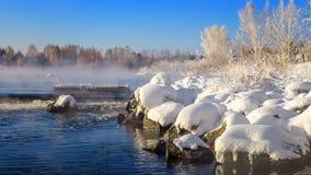 Paisaje de la primavera por el río con la niebla y el bosque, helada, Rusia, Ural Fotos de archivo