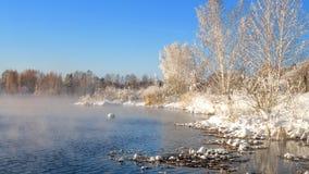 Paisaje de la primavera por el río con la niebla y el bosque, helada, Rusia, Ural Imágenes de archivo libres de regalías