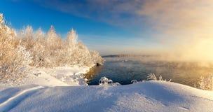 Paisaje de la primavera por el río con la niebla y el bosque, helada, Rusia, Ural Foto de archivo
