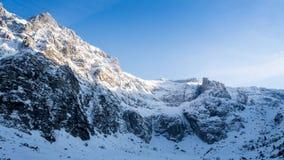 Paisaje de la puesta del sol de las montañas de la nieve del lapso de tiempo