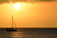 Paisaje de la puesta del sol del barco de vela sobre las aguas del océano de Hawaii Imagen de archivo libre de regalías