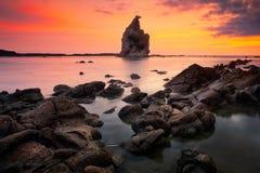 Paisaje de la puesta del sol del paisaje marino en la playa de Tanjung Layar, Sawarna, Banten, Indonesia imagenes de archivo