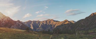 Paisaje de la puesta del sol en las montañas de Altai Foto de archivo libre de regalías