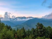 Paisaje de la puesta del sol de las montañas del macizo de Canigou, los Pirineos franceses, Francia fotografía de archivo libre de regalías