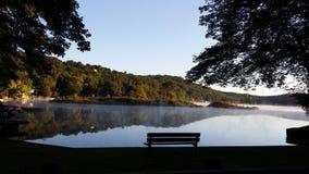 Paisaje de la reflexión del banco de la mañana de Lakeview Fotografía de archivo libre de regalías