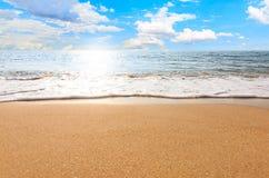 Paisaje de la relajación del cielo de la playa del mar imagenes de archivo