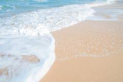 Paisaje de la relajación de la luz del día del sol de la arena del cielo azul de la playa del mar Foto de archivo