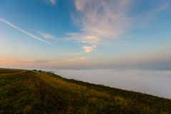 Paisaje de la salida del sol Cuestas de la madrugada cubiertas con niebla pesada imagenes de archivo