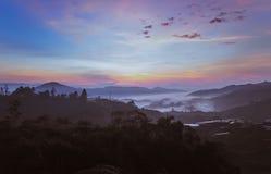Paisaje de la salida del sol de la mañana de la montaña imagen de archivo