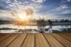 Paisaje de la salida del sol del campo con el cielo cambiante y el río que fluye w Fotografía de archivo