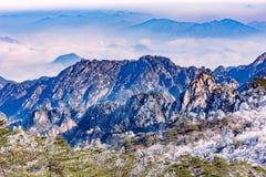 Paisaje de la salida del sol del invierno en el parque nacional de Huangshan Foto de archivo libre de regalías