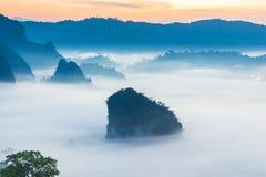 Paisaje de la salida del sol en la montaña en Phu Langka, provincia de Payao, Tailandia imágenes de archivo libres de regalías