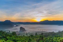 Paisaje de la salida del sol en la montaña en Phu Langka, provincia de Payao, Tailandia imagen de archivo
