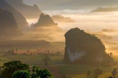 Paisaje de la salida del sol en la montaña en Phu Langka, provincia de Payao, Tailandia imagenes de archivo