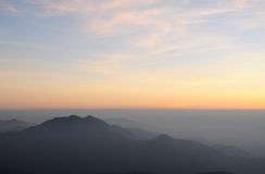 Paisaje de la salida del sol sobre las montañas Fotografía de archivo