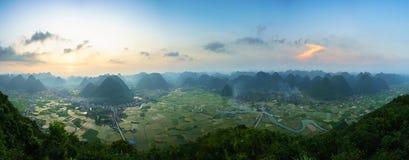 Paisaje de la salida del sol de Vietnam con el campo y la montaña del arroz en el valle de Bac Son en Vietnam imágenes de archivo libres de regalías