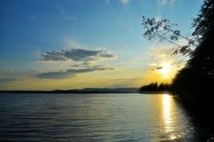 Paisaje de la silueta del verano - puesta del sol sobre el lago Irtyash en Urales meridionales Foto de archivo libre de regalías