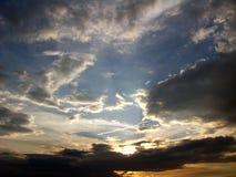 Paisaje de la tarde con las nubes fotografía de archivo