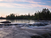 Paisaje de la tarde con las piedras del río Fotografía de archivo
