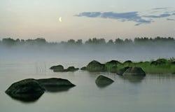 Paisaje de la tarde con niebla, agua y la luna: Fotografía de archivo libre de regalías