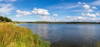 Paisaje de la tarde del verano en el lago Ural con los árboles de pino en la orilla, Rusia imagen de archivo libre de regalías