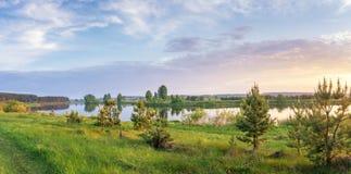 Paisaje de la tarde del verano en el río de Ural con los árboles en el banco, Rusia, junio Imagenes de archivo