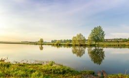 Paisaje de la tarde del verano en el río de Ural con los árboles en el banco, Rusia, junio Fotos de archivo