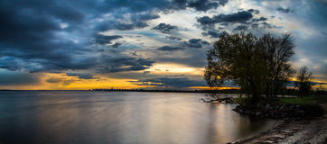 Paisaje de la tarde en el lago Fotografía de archivo