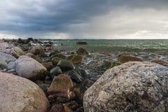 Paisaje de la tormenta de la costa de mar Báltico rocosa Imagen de archivo libre de regalías